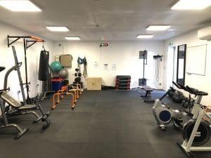 Salle de sport à proximite d'Uzès , machine cardio (tapis de cours, vélo, rameur,...) et matériel de musculation (poids, haltéres, rack,...)